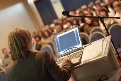 Un professeur universitaire qui utilise un ordinateur en classe