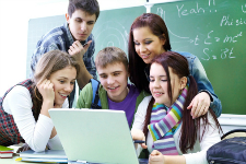 Des étudiants devant un ordinateur