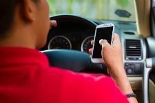 Photo d'un automobiliste qui utilise un téléphone au volant